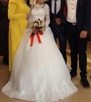 Красивое ,  пышное ,  кружевное свадебное платье